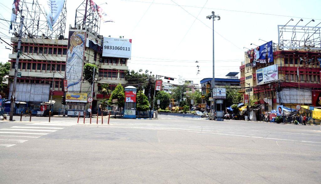 Kolkata:  Deserted look road during the lockdown on Coronavirus pandemic in Kolkata on Tuesday 08 June, 2021. (Photo: Kuntal Chakrabarty/ IANS)