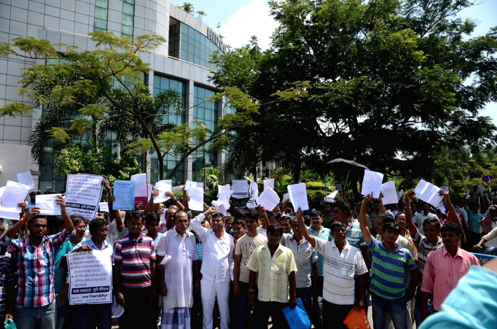 Kolkata: Farmers stage a demonstration against West Bengal Government at Hidco Bhawan in Kolkata on Sept 19, 2016.