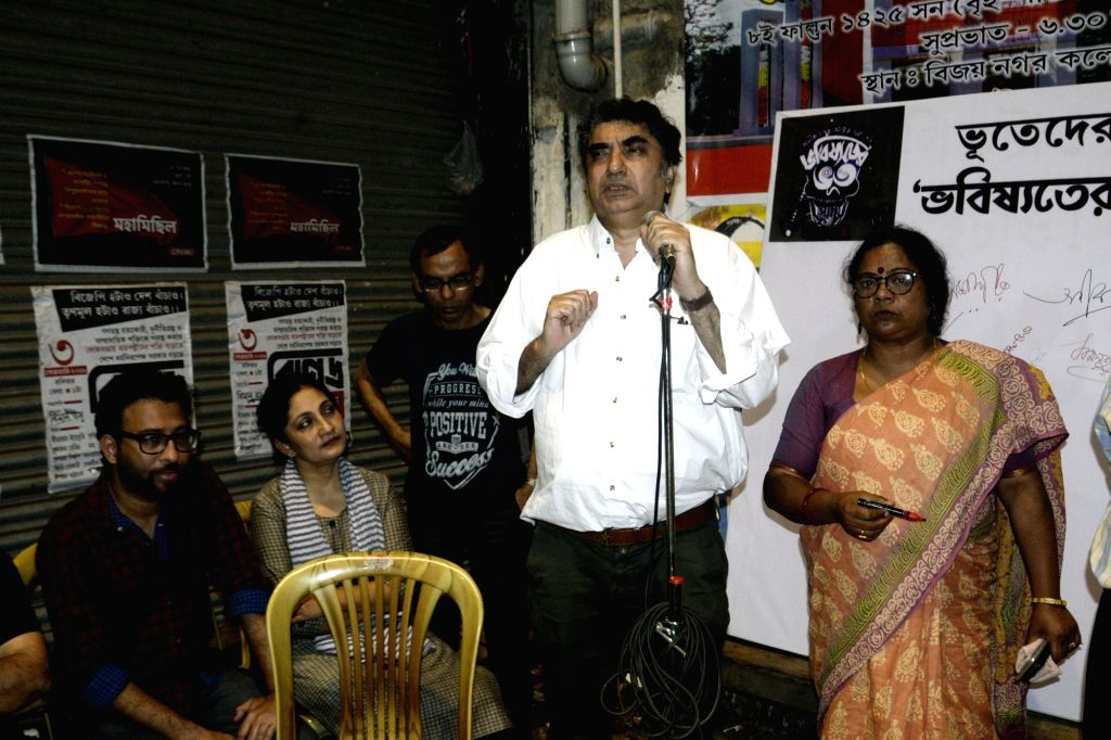 """Kolkata: Filmmaker Anik Dutta addresses at a demonstration against the withdrawal of his film """"Bhobishyoter Bhoot"""" (Ghost of the Future) from almost all multiplexes and single screen theatres in West Bengal; in Kolkata on Feb 21, 2019. (Photo: IANS) - Anik Dutta"""