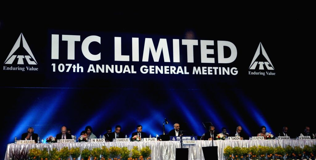 Kolkata: ITC Ltd chairman YC Deveshwar, Managing Director Sanjiv Puri, Executive Director Nakul Anand with other dignitaries during the company's 107th annual general meeting (AGM), in Kolkata, on July 27, 2018. (Photo: Kuntal Chakrabarty/IANS)