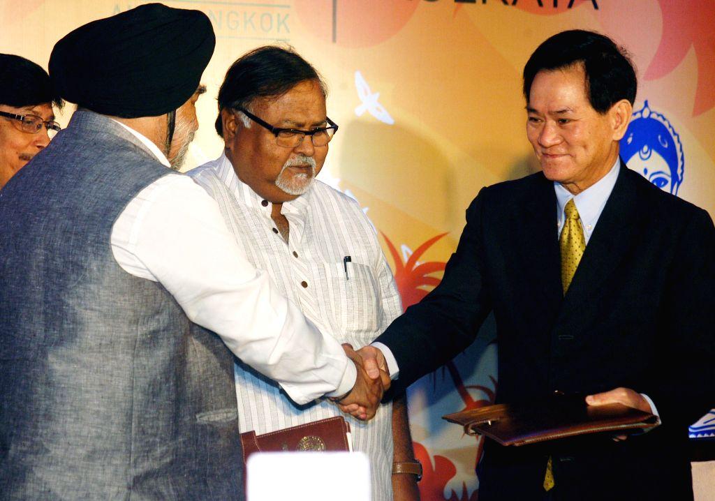 JIS Group Managing Director Taranjit Singh (L), exchanges files with the president of Asian Institute of Technology, Bangkok, Thailand Prof. Worsak Kanok- Nukulchai (R), after singing a MoU ... - Partha Chatterjee and Taranjit Singh