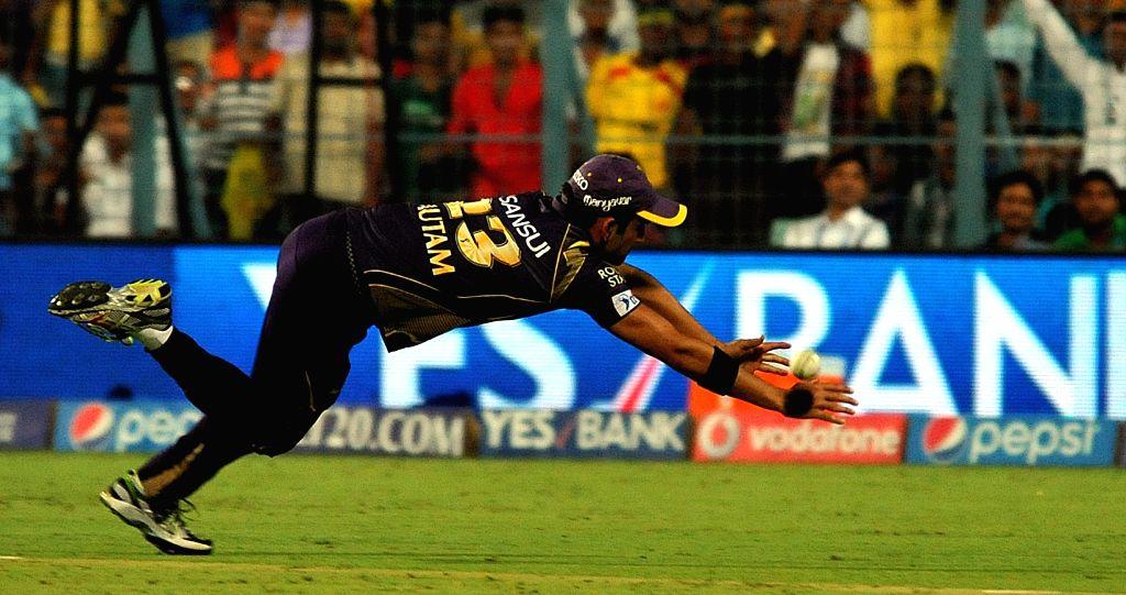 Kolkata Knight Riders captain Gautam Gambhir misses the catch of Dwayne Bravo during an IPL-2015 match between Chennai Super Kings and Kolkata Knight Riders in Kolkata, on April 30, 2015. - Gautam Gambhir
