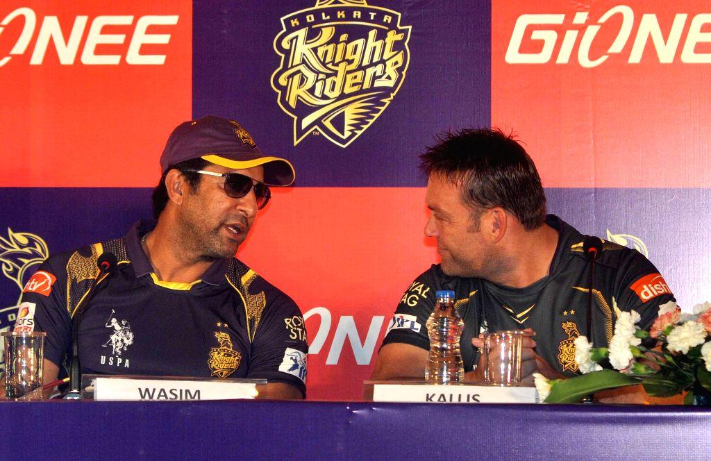 (L to R) Kolkata Knight Riders (KKR) bowling coach Wasim Akram and KKR mentor Jacques Kallis during a press conference in Kolkata on April 7, 2015.