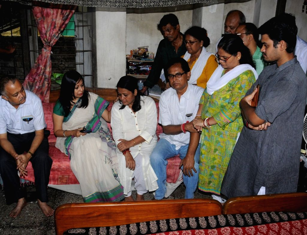 Kolkata Metro railway CPRO Indrani Banerjee along with other officials meets the family members of the 66 year old man who died after a Kolkata Metro started moving with his hand stuck ... - Indrani Banerjee
