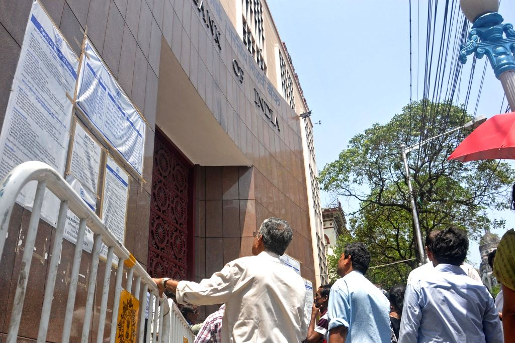 Kolkata: NRIs queue-up outside the Reserve Bank of India to exchange demonetised notes in Kolkata on March 31, 2017. (Photo: IANS)