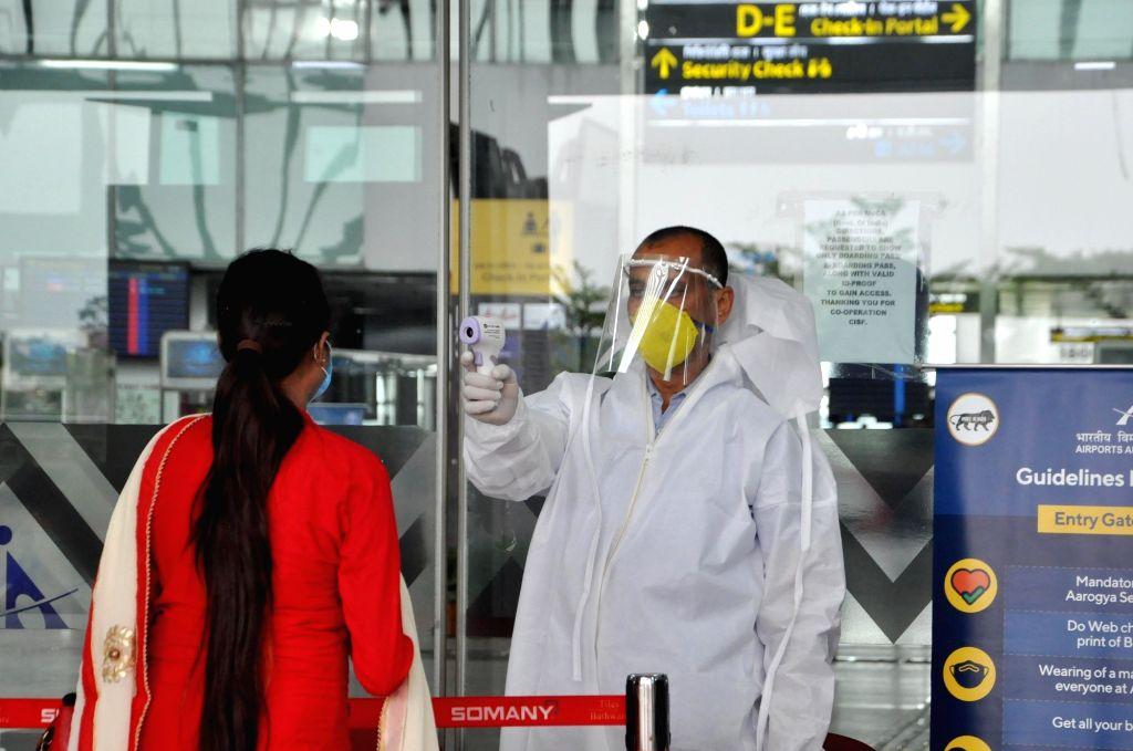 Kolkata: Passengers arrive at Netaji Subhash Chandra Bose International Airport in Kolkata to board a flight to Mumbai during the fourth phase of the nationwide locdown imposed to mitigate the spread of coronavirus on May 28, 2020. (Photo: Kuntal Cha