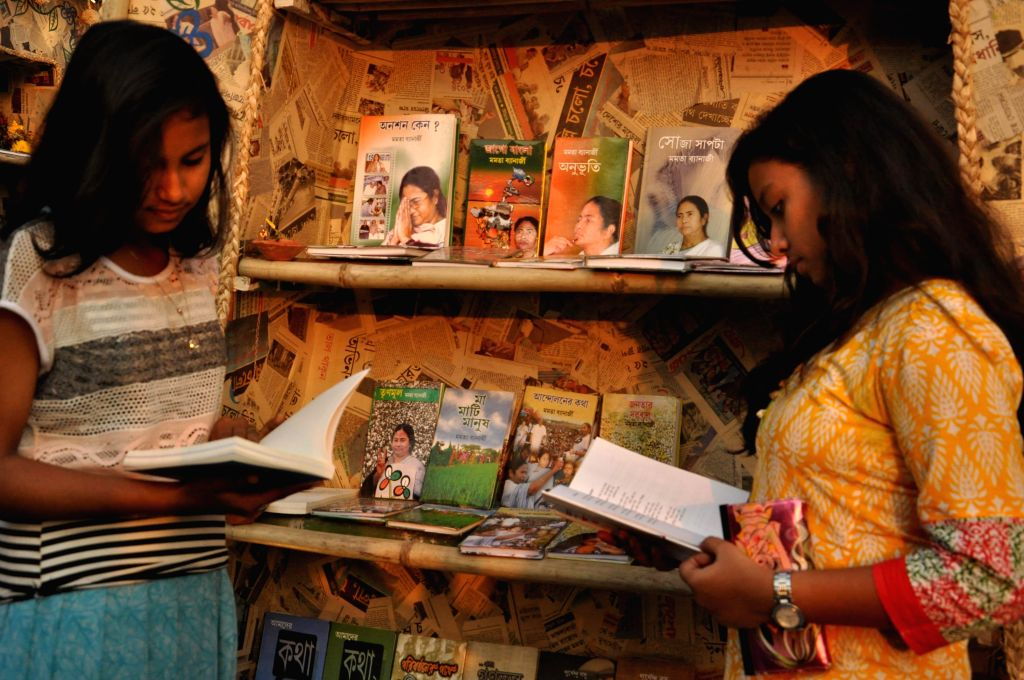 People browse books on the last day of 39th International Kolkata Book Fair in Kolkata on Feb 1, 2015.