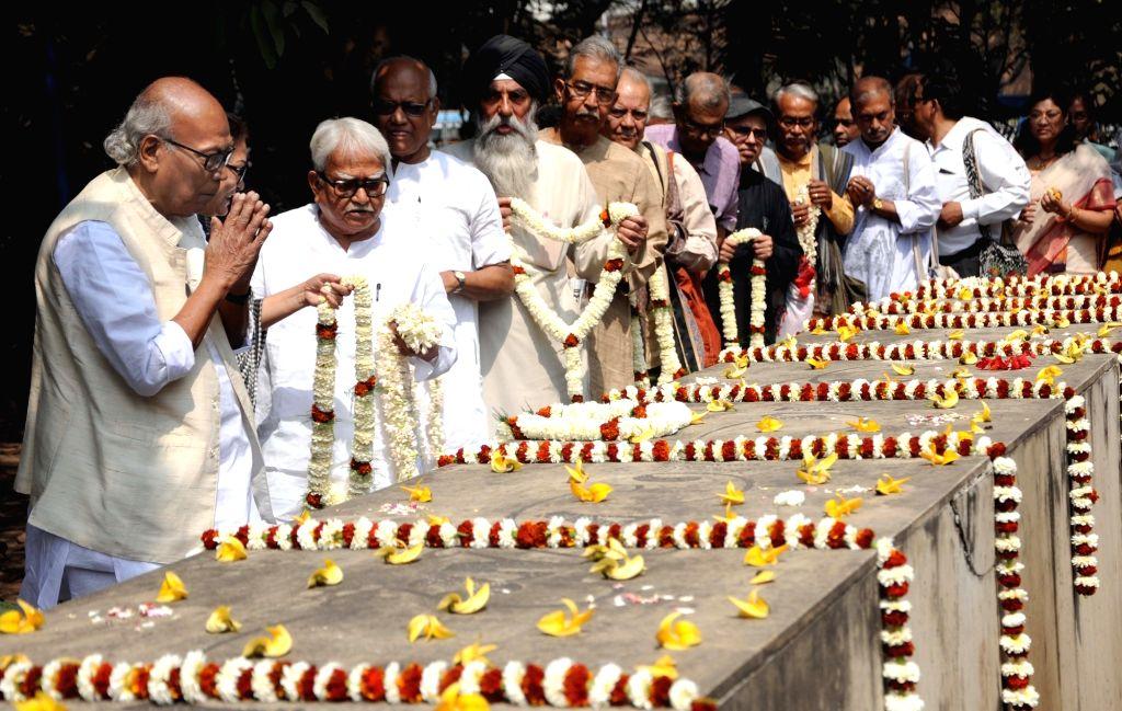 Kolkata: Poet Shankha Ghosh and Left Front Chairman Biman Bose pay tributes at 'Bhasha Shahid Bedi', on International Mother Language Day in Kolkata, on Feb 21, 2019. (Photo: IANS) - Shankha Ghosh, Biman Bose and Bhasha Shahid Bedi