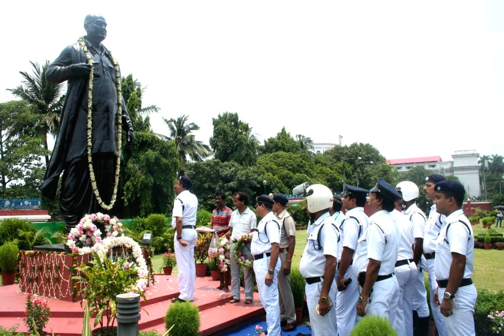 Kolkata Police personnel pay tribute to former Chief Minister of West Bengal Dr. B C Roy on his birth as well as death anniversary in Kolkata on July 1, 2018. (Pohto: IANS) - B C Roy