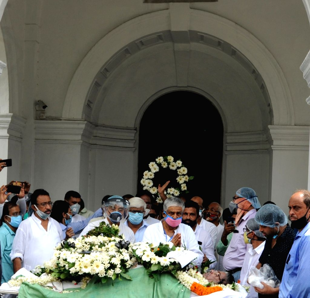 Kolkata : Politicians pay tributes to late West Bengal Pradesh Congress Committee (WBPCC) president Somen Mitra who died today, in Kolkata on July 30, 2020.