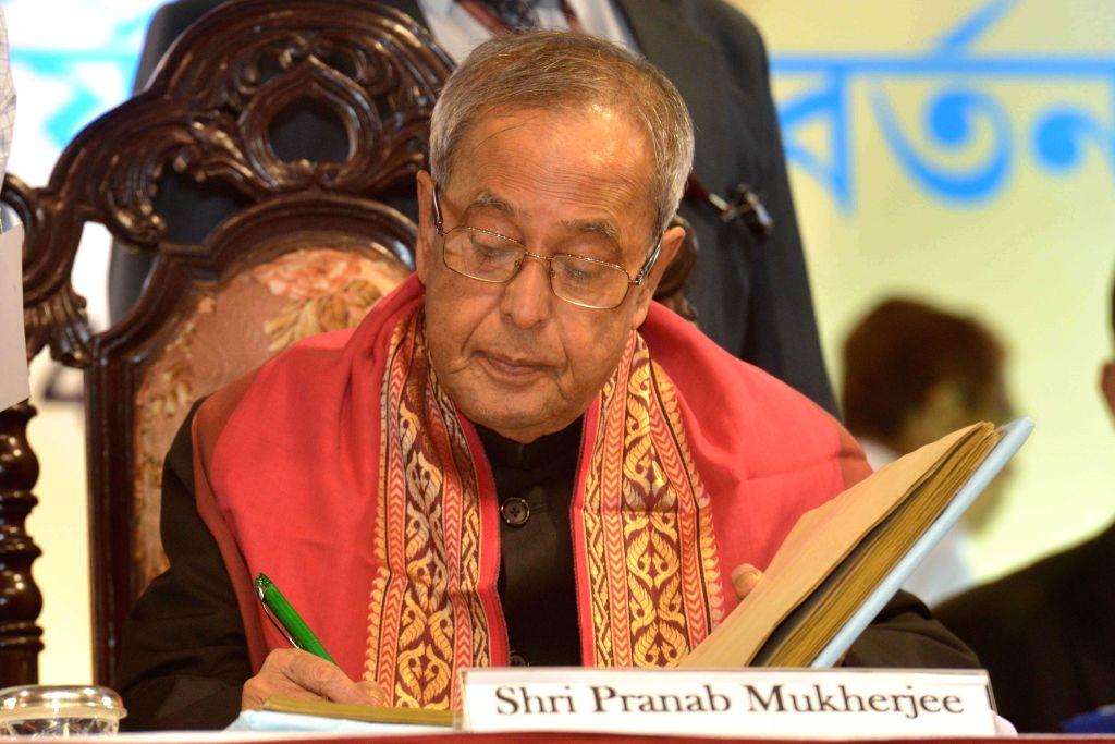 President Pranab Mukherjee at the Annual Convocation of University of Calcutta in Kolkata on Nov 28, 2014. - Pranab Mukherjee