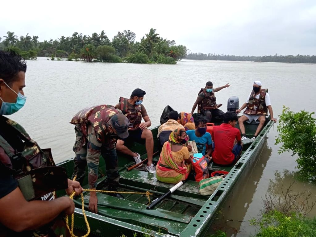 Kolkata: Rescue operation by Army in Talgachari, East Midnapore in West Bengal on Wednesday, May 26, 2021.(Photo: Kuntal Chakrabarty/ IANS)