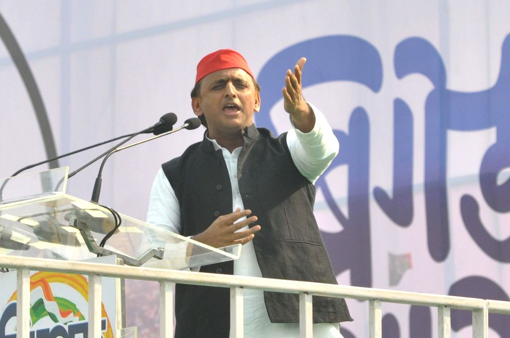 Kolkata: Samajwadi Party President Akhilesh Yadav addresses during United India Rally at Brigade Parade Ground in Kolkata, on Jan 19, 2019. (Photo: Kuntal Chakrabarty/IANS) - Akhilesh Yadav