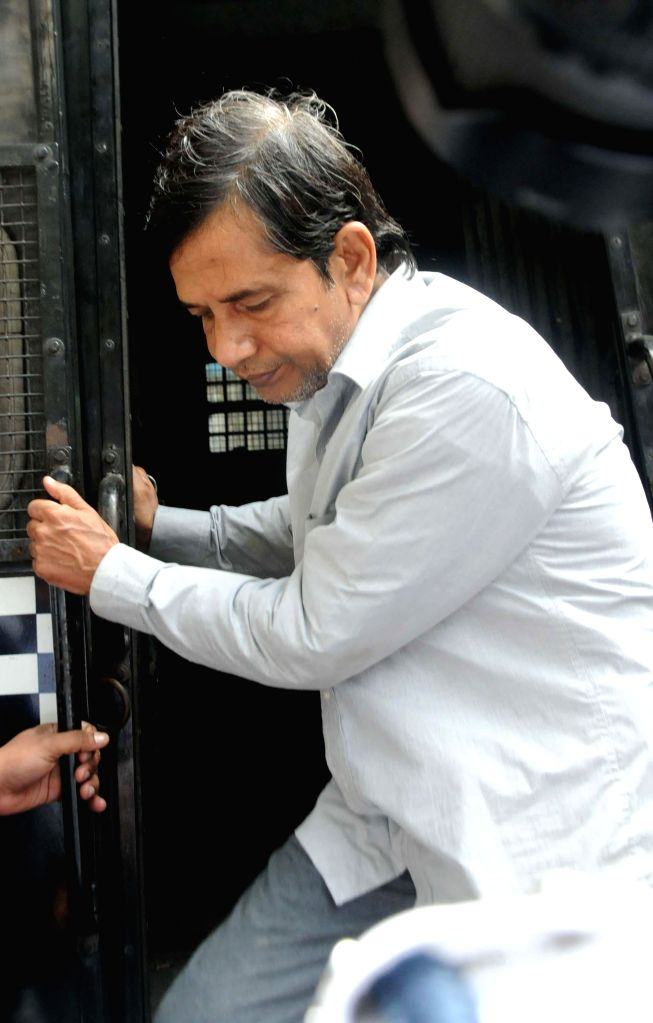 Saradha scam kingpin Sudipta Sen being taken to be produced at a Kolkata court in connection with multi-crore-rupee Sardha chit fund scam on Jan 3, 2015.