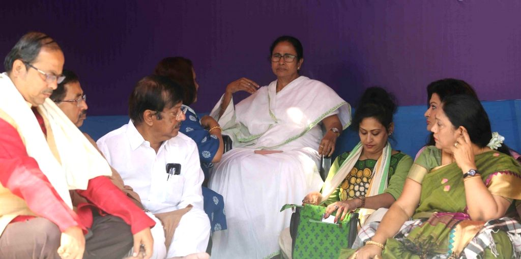 Kolkata: Trinamool Congress supremo Mamata Banerjee with Indrani Haldar, Nayna Banerjee and others during a sit-in (dharna) demonstration over the CBI's attempt to question Kolkata Police Commissioner Rajeev Kumar in connection with a ponzi scheme sc - Mamata Banerjee and Nayna Banerjee