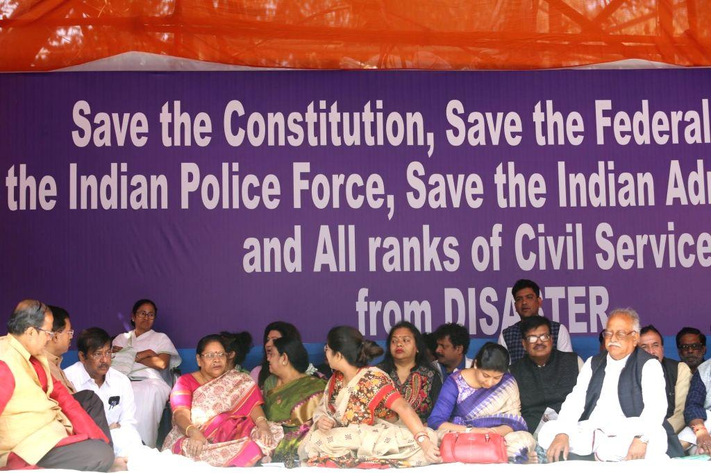 Kolkata: Trinamool Congress supremo Mamata Banerjee with Mala Roy, Krishna Chakrabarty, Nayna Banerjee, Shashi Panja, Ratna Chatterjee during a sit-in (dharna) demonstration over the CBI's attempt to question Kolkata Police Commissioner Rajeev Kumar  - Mamata Banerjee, Mala Roy, Nayna Banerjee and Ratna Chatterjee