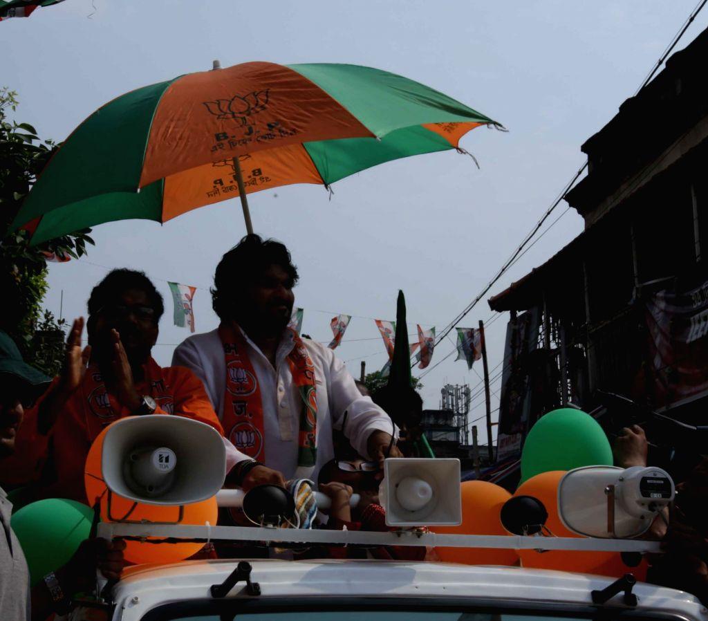 Union MoS for Urban Development, and Housing and Urban Poverty Alleviation Babul Supriyo campaigning for BJP candidate Tushar Kanti Ghosh for Kolkata Municipal Election in Kolkata on April ... - Tushar Kanti Ghosh
