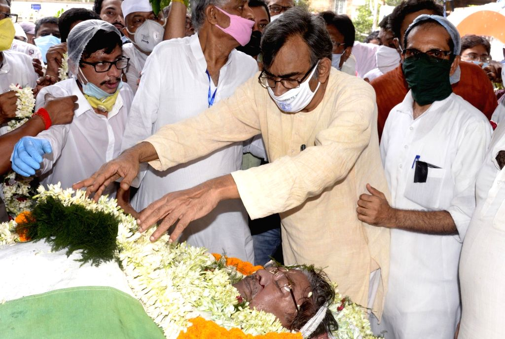Kolkata :West Bengal CPI-M Secretary Surja Kanta Mishra pays tributes to the late West Bengal Pradesh Congress Committee (WBPCC) president Somen Mitra who passed away today, at Bidhan Bhaban in ...