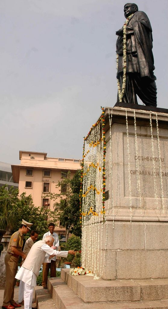 West Bengal Governor Keshari Nath Tripathi  pays tribute to Deshbandhu Chittaranjan Das - a revolutionary freedom fighter on his birth anniversary in Kolkata on Nov 5, 2014. - Keshari Nath Tripathi