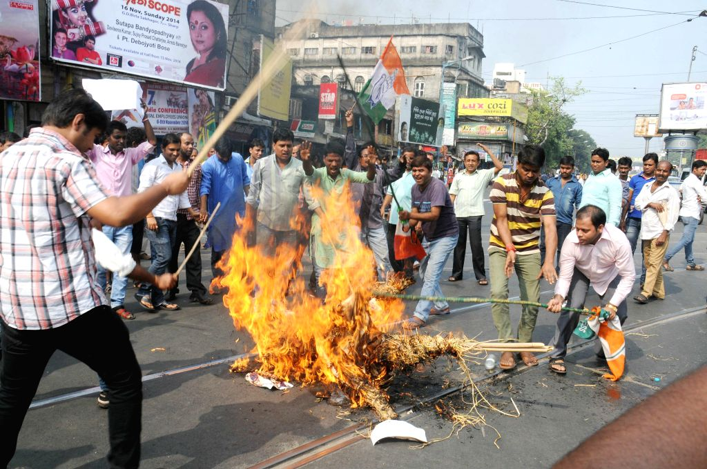 Youth Congress activists burn an effigy of Trinamool Congress leader Arabul Islam in Kolkata on Nov 5, 2014.