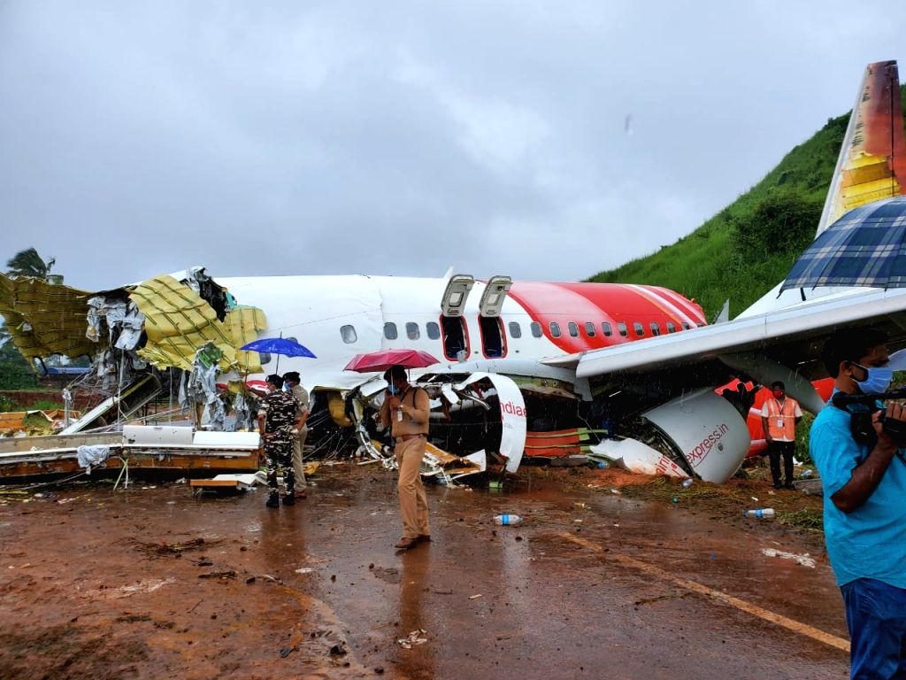 Kozhikode: Kerala Governor Arif Mohammed Khan, Chief Minister Pinarayi Vijayan and top State officials visited the Air India Express crash site at Kozhikode on Aug 8, 2020. (Photo: IANS) - Pinarayi Vijayan and Arif Mohammed Khan