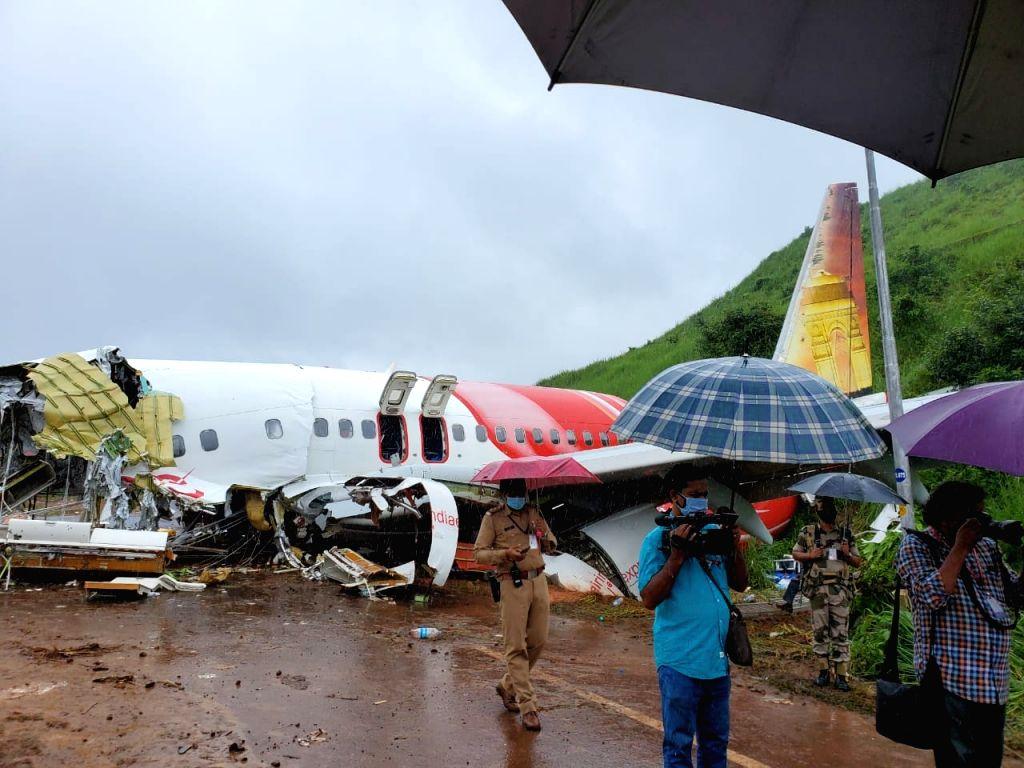 Kozhikode: Kerala Governor Arif Mohammed Khan, Chief Minister Pinarayi Vijayan and top State officials visited the Air India Express crash site at Kozhikode on Aug 8, 2020. (Photo: IANS) - Pinarayi Vijayan and Arif Mohammed Khan