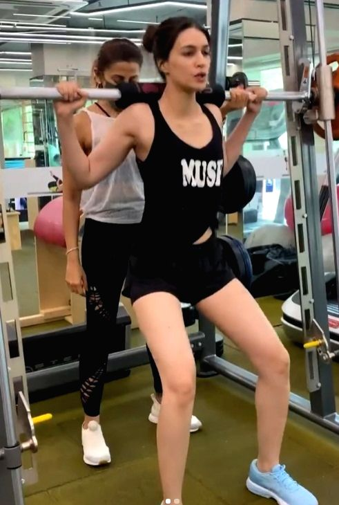 Kriti Sanon reveals a gym secret: ' Instagram v/s Reality'.(photo:instagram)