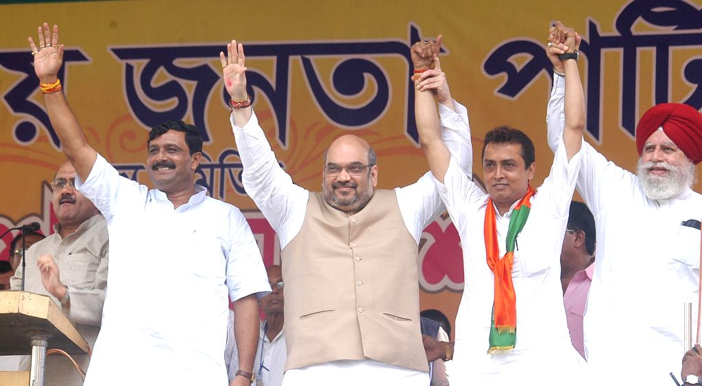 (L-R) BJP leader Siddhartha Nath Singh, West Bengal BJP president Rahul Sinha, BJP chief Amit Shah, Ritesh Tiwari, BJP candidate from Chowringhee assembly seat and BJP MP from Darjeeling SS Ahluwalia - Nath Singh and Rahul Sinha