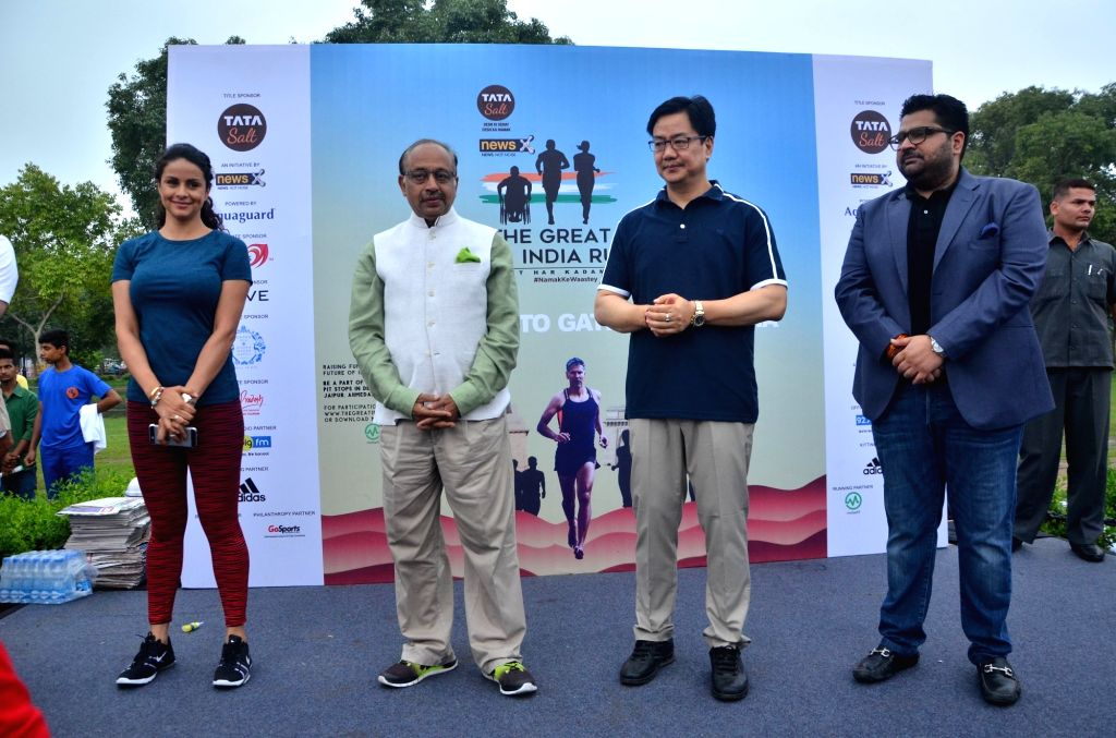 (L to R) MobieFit Technologies, Avid Runner and Fitness Advocate CEO Gul Panag, Union Minister for Youth Affairs and Sports Vijay Goel, Union Minister of State for Home Affairs Kiren ... - Gul Panag and Sharma
