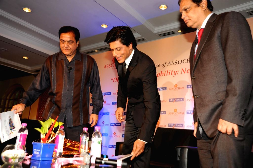 (L to R) Rana Kapoor President, ASSOCHAM, MD and CEO, Yes Bank, Bollywood actor Shah Rukh Khan and Venugopal Dhoot, chairman, Videocon Industries Ltd during the launch of ASSOCHAM coffee ... - Shah Rukh Khan and Kapoor President