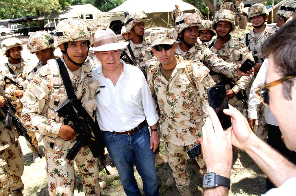 LA GUAJIRA, Aug. 16, 2017 - Image provided by the Presidency of Colombia shows Colombian President Juan Manuel Santos (2nd L) posing with soldiers during the ceremony marking the handover of the last ...