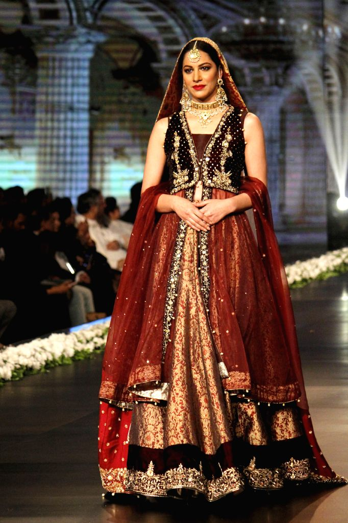 LAHORE (PAKSITAN), Nov. 25, 2016 A model presents a creation by designer Zonia Anwaar on the first day of the 13th Edition of Bridal Couture Week in eastern Pakistan's Lahore, on Nov. 25, ...