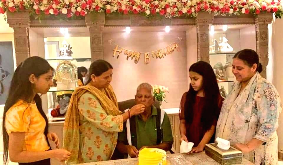 Lalu cut a cake on his birthday in Delhi, Misa Bharti shared the picture.