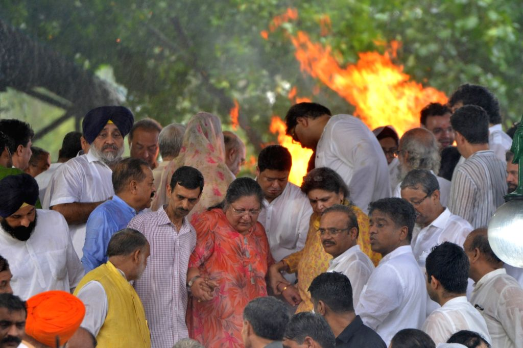 Last rites of former Finance Minister Arun Jaitley underway at Nigambodh Ghat in New Delhi on Aug 25, 2019. - Arun Jaitley
