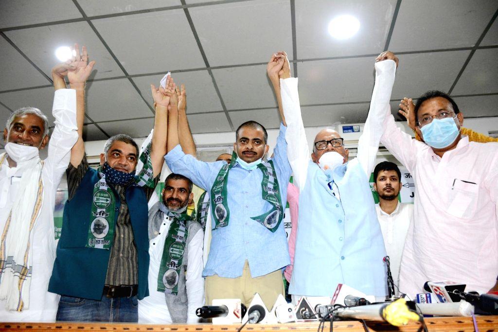 Late RJD leader Raghuvansh Prasad Singh's son Satyaprakash Singh joins JD-U in the presence of Bihar party president Vashisht Narayan Singh ahead of Bihar Assembly elections in Patna on Oct 8, ... - Raghuvansh Prasad Singh, Satyaprakash Singh and Vashisht Narayan Singh