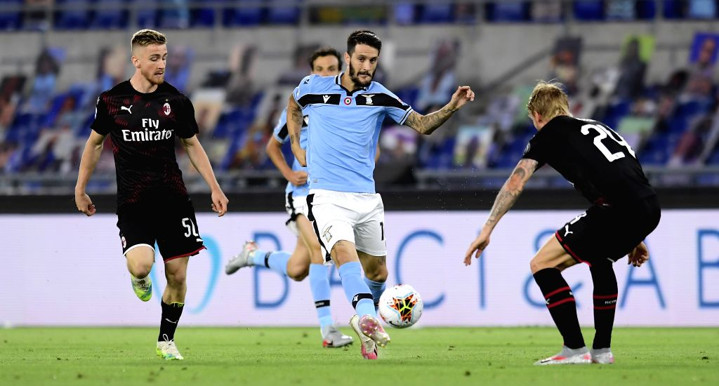 Lazio's Luis Alberto (C) competes during a Serie A football match between Lazio and AC Milan in Rome, Italy, July 4, 2020.