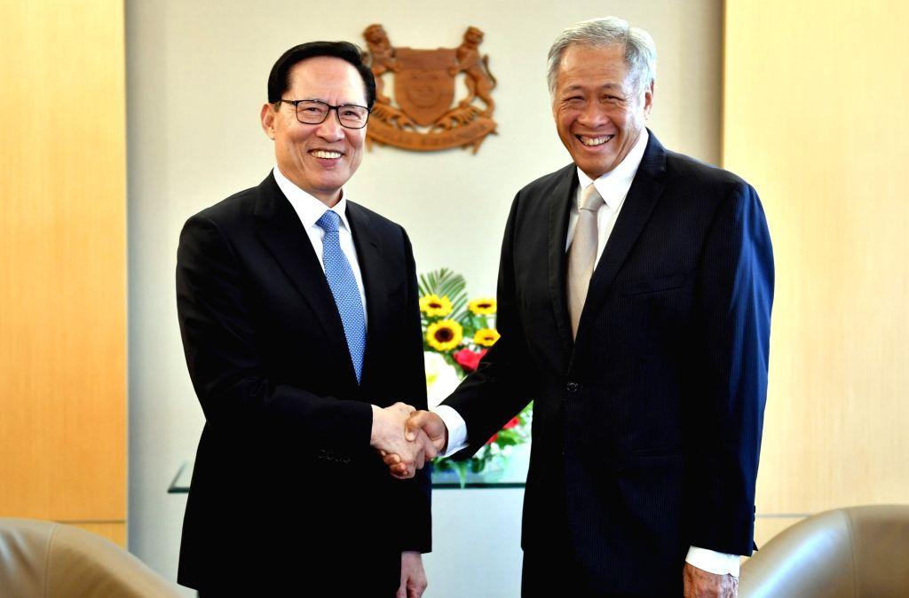 Le ministre de la Défense Song Young-moo et son homologue singapourien, Ng Eng Hen, posent pour une séance photos après une réunion bilatérale à Singapour le lundi 29 janvier 2018. ...