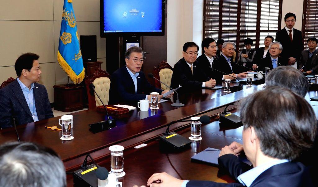 Le président Moon Jae-in dirige une réunion avec ses conseillers le lundi 29 janvier 2018 au palais présidentiel Cheong Wa Dae.