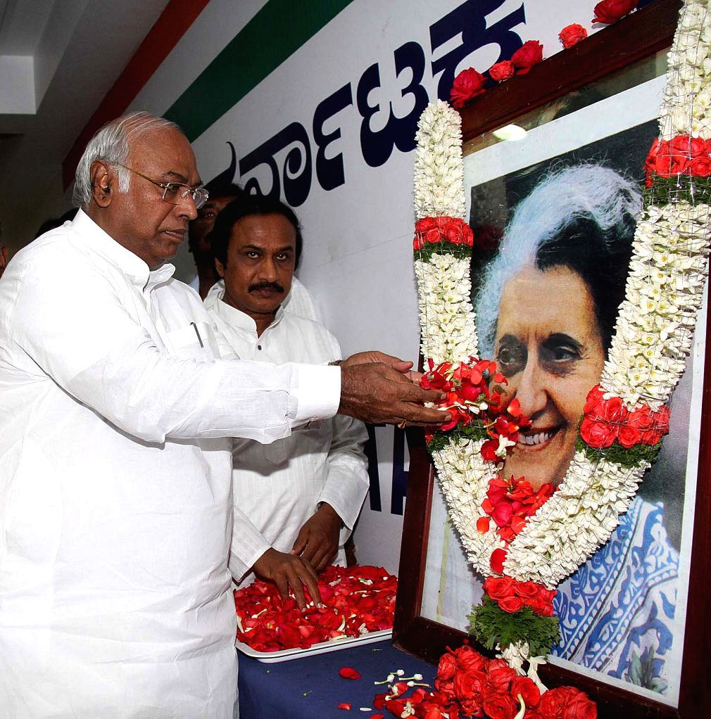 Leader of the Congress parliamentary party in Lok Sabha Mallikarjun Kharge pays tribute to former Prime Minister of India Indira Gandhi on her martyrdom day in Bengaluru, on Oct 30, 2016. - Indira Gandhi