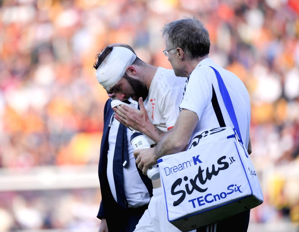 LECCE, Oct. 27, 2019 - FC Juventus's Gonzalo Higuain (L) is injured during a Serie A soccer match between Lecce and FC Juventus in Lecce, Italy, Oct. 26, 2019.