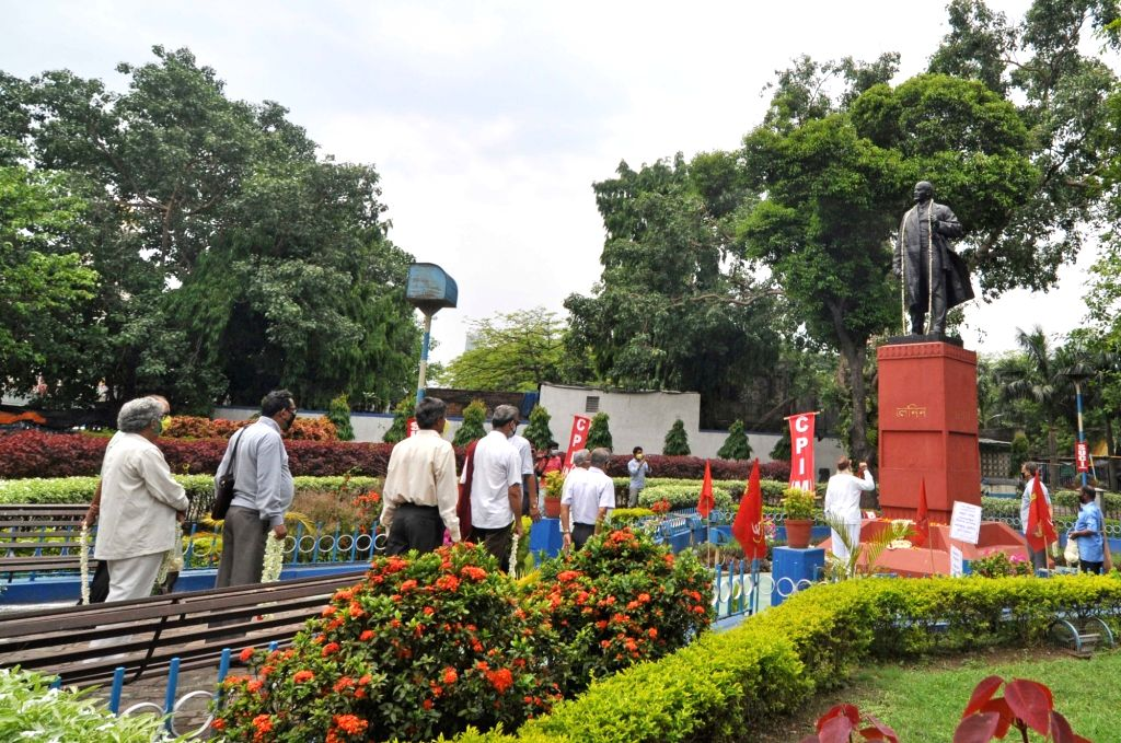 Left activists wearing masks and maintaining social distance arrive to pay tributes to Vladimir Lenin on his birth anniversary in Kolkata amid the extended nationwide lockdown imposed to ...