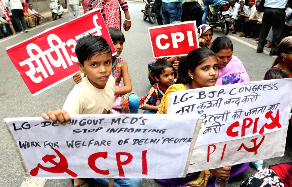 Left Front members stage a demonstration against Delhi government`s failure to control dengue, chikungunya and malaria in New Delhi, on Sept 26, 2016.