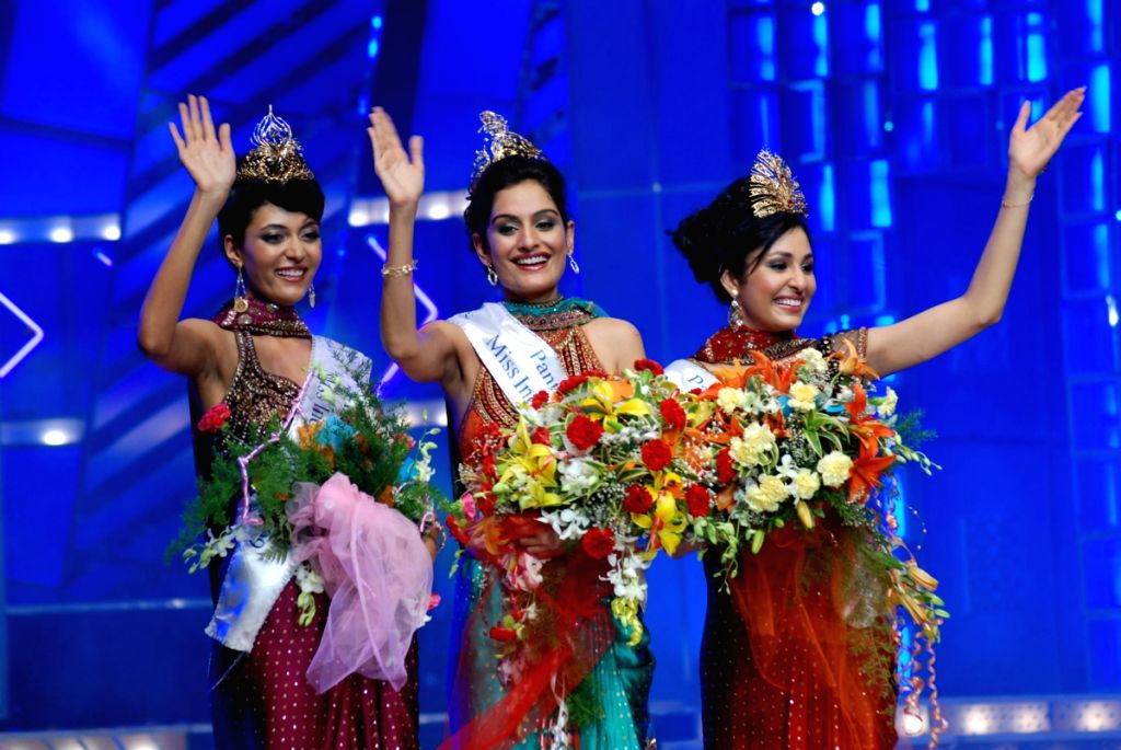 Left to Right: Miss India Universe Ekta Chaudhary, Miss India Earth Shriya Kishore and  Miss India World Pooja Chopra with their winning crown at Femina Miss India Pageant 2009 in Mumbai on April 5, 2