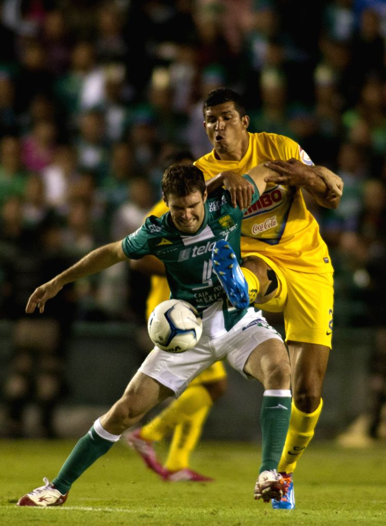 Leon's Mauro Boselli (L) vies for the ball with America's Francisco Rodriguez during the first leg final match of the Liga MX, held in Leon Stadium, in .