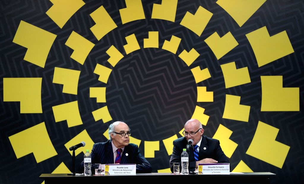 LIMA, Nov. 18, 2016 - Peruvian Foreign Minister Ricardo Luna Mendoza (L) and Peruvian Minister for Foreign Trade and Tourism Eduardo Ferreyros attend a press conference of the APEC Ministerial ... - Ricardo Luna Mendoza