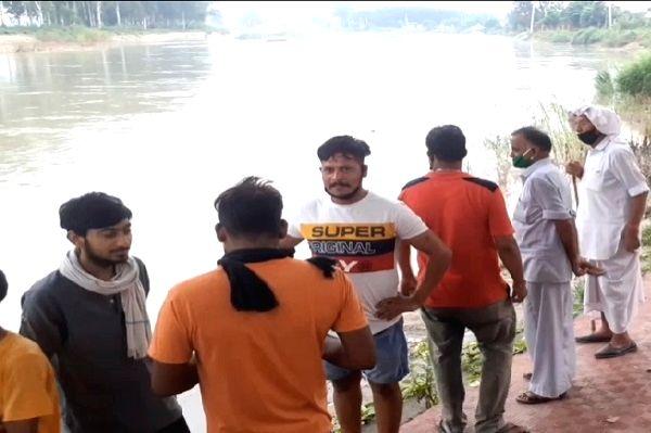 Liquor flows down Yamuna in Haryana town, tipplers make merry.