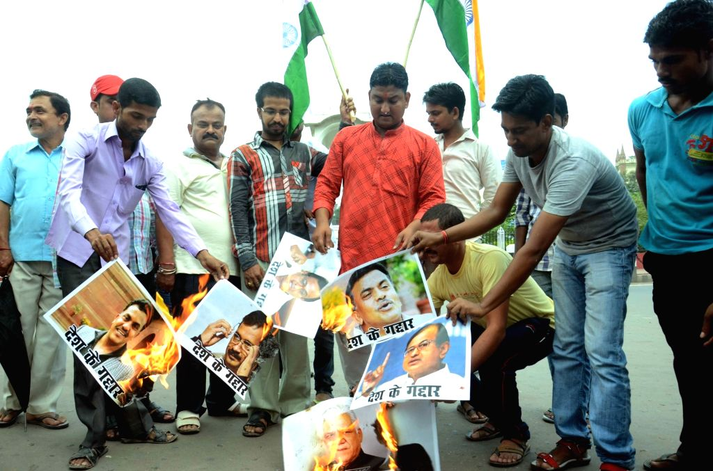 LJP workers stage a demonstration against Congress leader Sanjay Nirupam and Delhi Chief Minister Arvind Keriwal in Patna, on Oct 5, 2016. - Arvind Keriwal