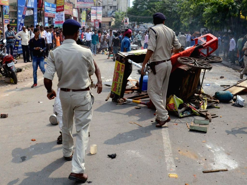 Locals clash with the police during anti-encroachment drive in Patna on Sept 11, 2017.