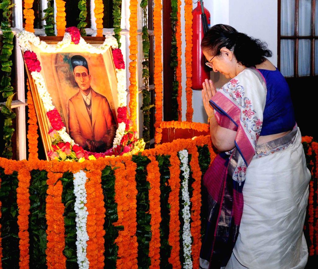 Lok Sabha Speaker Sumitra Mahajan pays homage to Swatantryaveer Vinayak Damodar Savarkar, on his birth anniversary, at Parliament House, in New Delhi on May 28, 2016. - Sumitra Mahajan