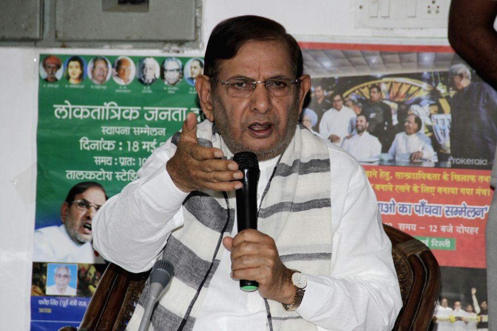 Loktantrik Janata Dal (LJD) leader Sharad Yadav addresses a press conference in New Delhi, on Aug 27, 2018. - Sharad Yadav